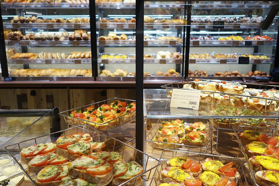 「ラ・プチ〜ブーランジェリー〜」では焼きたてのパンが並ぶ