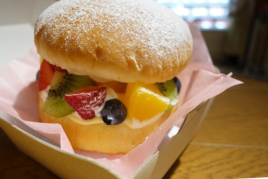 「フルーツバーガー」のフルーツMIX680円(税別)、ほかにもいちご、バナナのタイプも