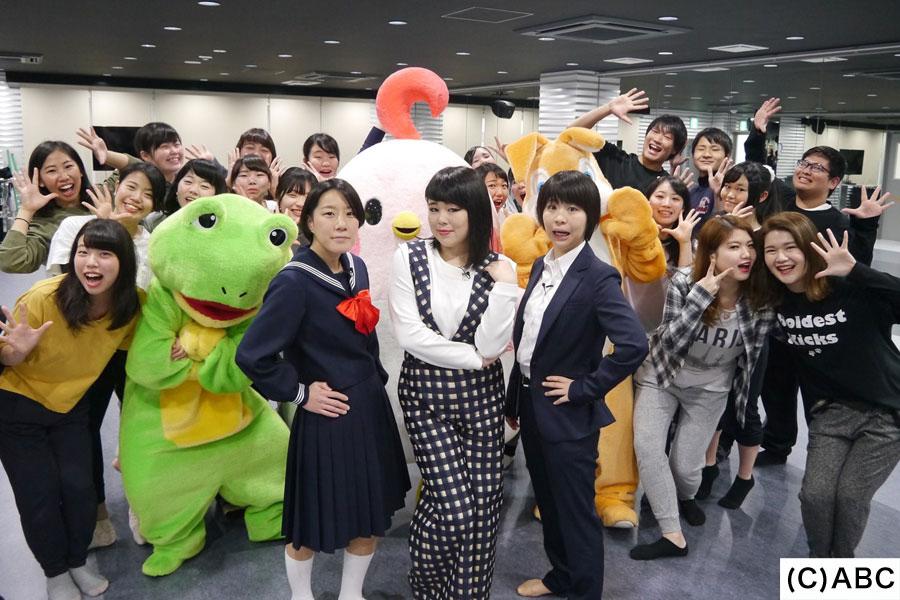 ブルゾンちえみ(中央)とAマッソ(両サイド)、大阪テーマパーク・ダンス専門学校の生徒たち