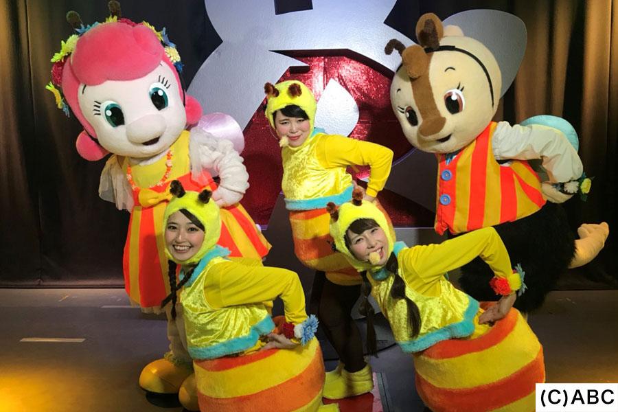 レッスンの成果を試すべく、三重県の「鈴鹿サーキット モートピア」にてミツバチの着ぐるみを着てステージショーに挑戦するブルゾンちえみ(後列中央)