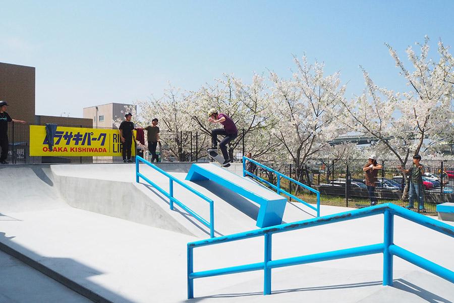 「スケートボードパーク」は1日800円(土日祝は1000円)。スケートボードやBMX、ヘルメット、ひじパットなどレンタルあり