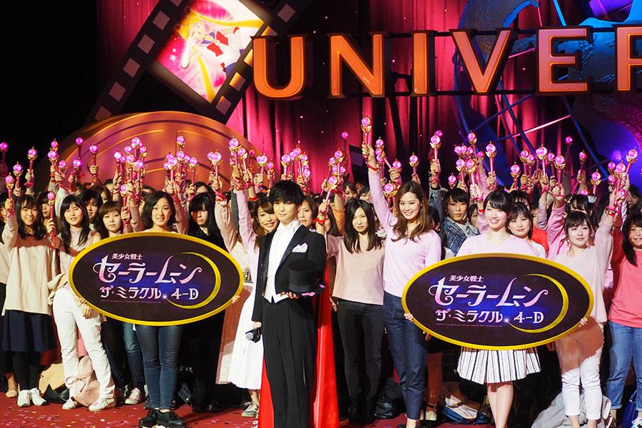 セーラームーンファンの女性200人とともに記念撮影をおこなった千葉雄大(15日、大阪市内)