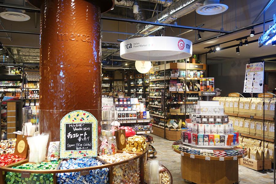 ディスプレーに巨大なチョコレートファウンテン。量り売りや各国のチョコが楽しめる