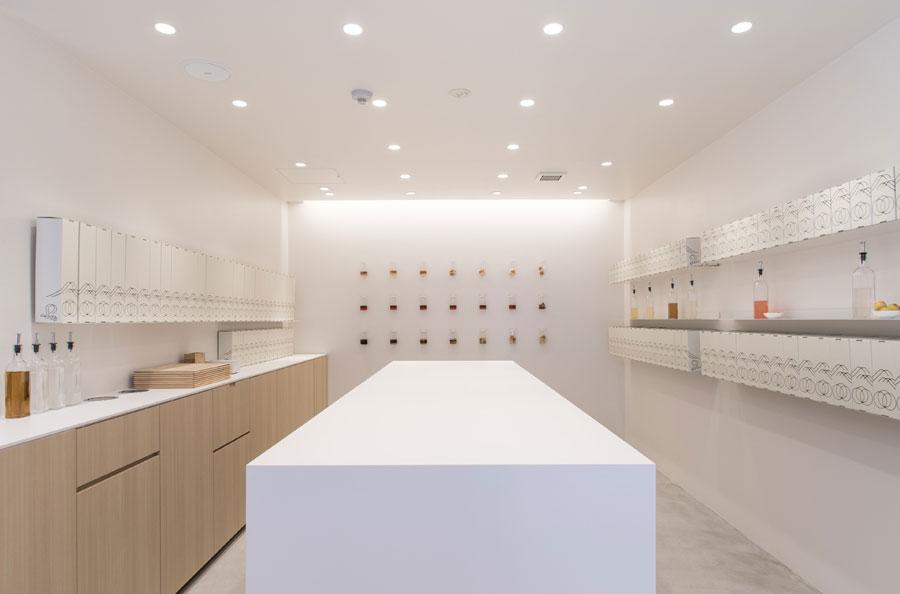 店内奥の壁には、1日目から飲み頃になる7日目までの梅や砂糖の変化がディスプレイされている