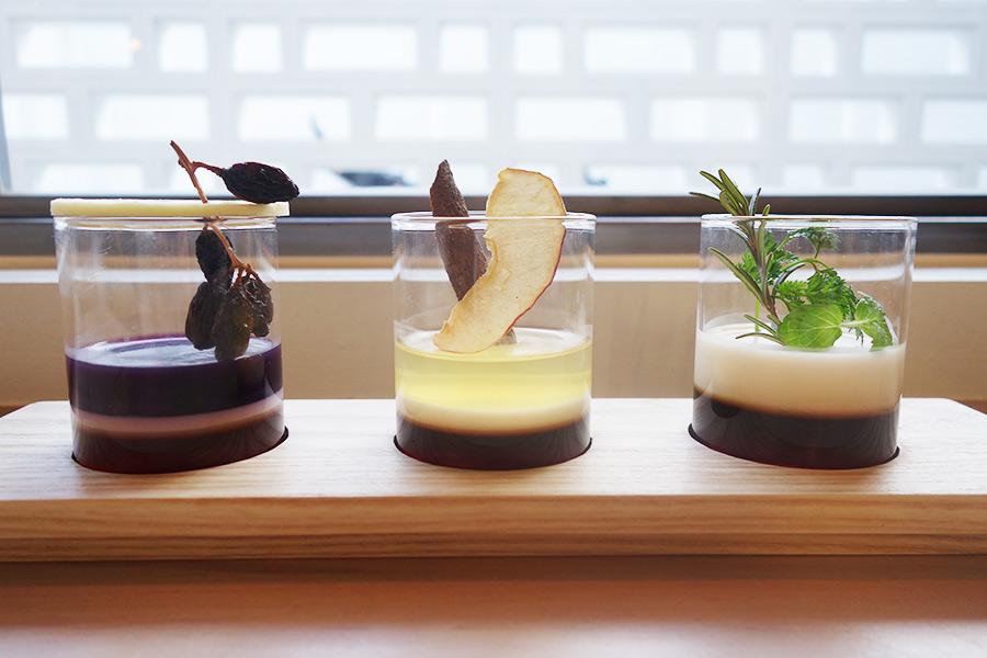 3種のコーヒーゼリー。左からエチオピアと赤ブドウ、コロンビアとシナモン&林檎、オリジナルブレンドとアイリッシュクリーム。