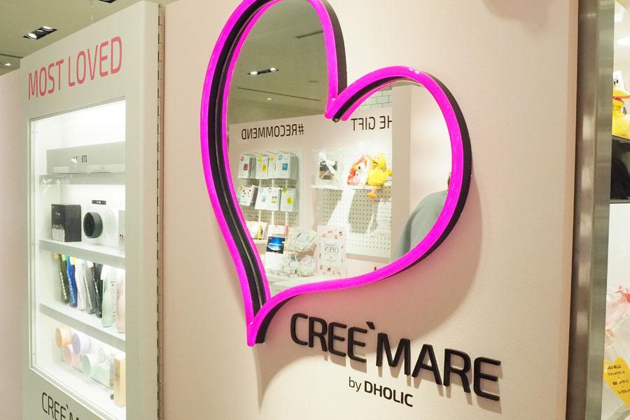 テスターの商品などと一緒に写真撮影ができるハート型の鏡、自動販売機のオブジェ