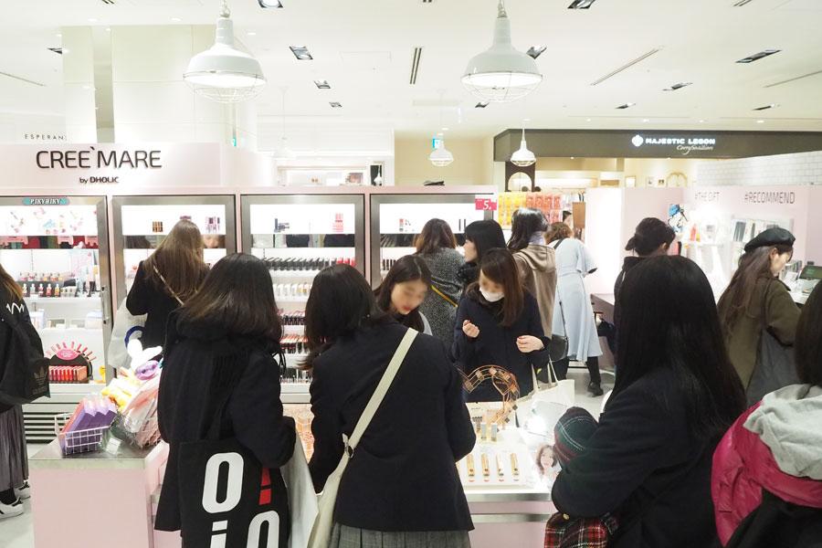 平日18時頃、自分に合うコスメを求めて試供する、制服姿の高校生や大学生たち(1日、大阪市内)
