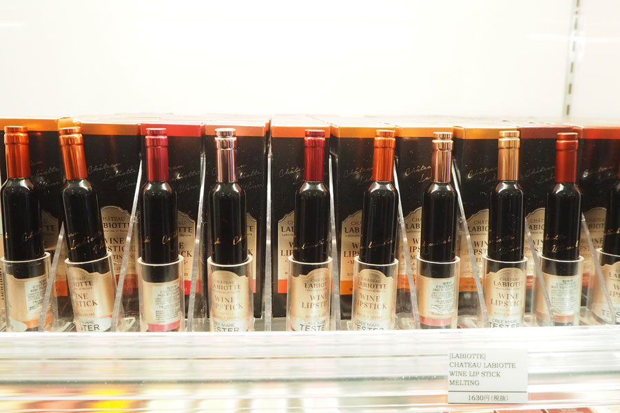 コスメに見えない、ワイン型のリップ「ラビオッテ/シャトーラビオッテ ワインリップスティック[メルティング]」(1760円)