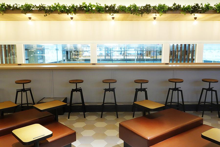 「ミオえきッチン」のイートインスペースは100席。ソファ、テーブル、カウンターなど利用客が席を選べるスタイルに