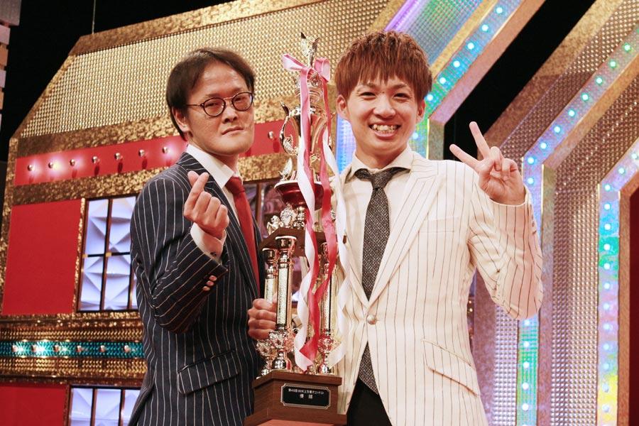 初めて掴んだ念願のタイトルに「何とか優勝できてよかった」と河井(右)