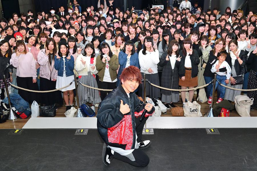 集まった200人のファンと記念撮影をする花村想太(27日、大阪市内)