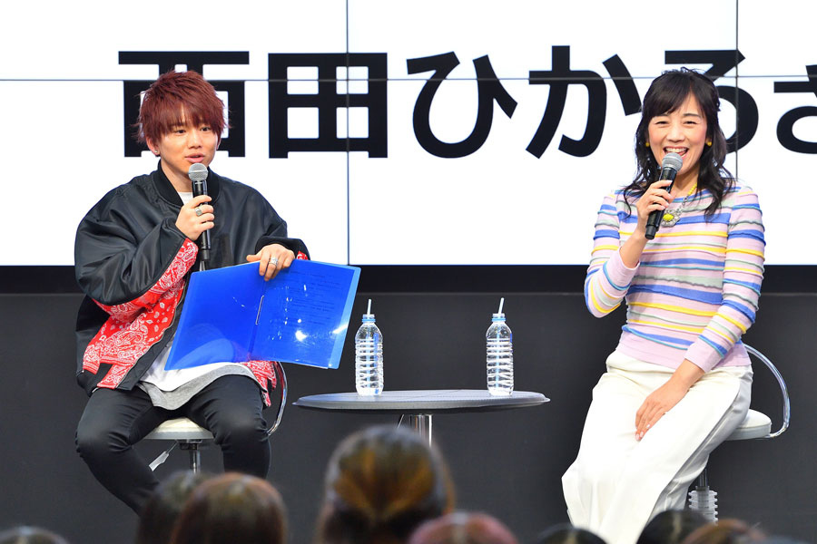 地元のおすすめスポットなど、初対面にしてトークが弾んだ花村想太(左)と西田ひかる