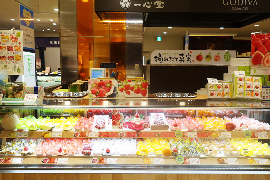 クリームチーズと組み合わせた「マスクメロン大福」540円、「練乳いちごの王様 大福」432円も人気