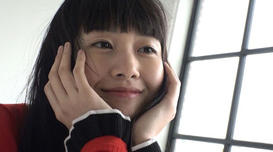 1990年大阪生まれ。元プロ野球選手の新井宏昌を父に持つ三姉妹の末っ子でバレーボールやアルティメットといった競技に熱中、体育大学に進学するほどのスポーツ少女だった