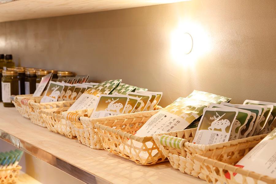 柿の葉茶「SOUSUKE」の直営店として、フルラインアップで商品をそろえる。こちらの茶葉を使ったミルクチャイなどもテイクアウトで販売