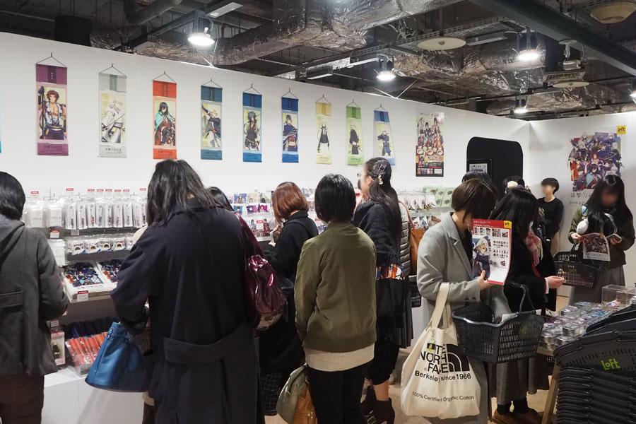 マグネット付キャンディー缶(全12種)など展覧会オリジナルグッズが多く、じっくり選ぶ人々(2日、大阪市内)