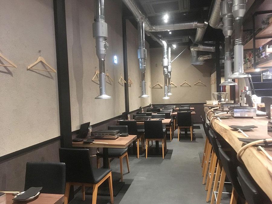 パワフルな排煙システムにより、ニオイはなく、クリーンな店内。5月には、2階に個室もオープンする予定だ