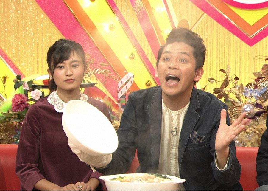 小島瑠璃子(左)と岡田圭右。ラーメンをはじめとする様々な料理の湯気の立ち上り方を特殊な実験でリサーチする