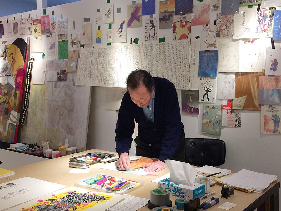展覧会会場となっているギャラリーでも日々、絵を描く黒田征太郞さん