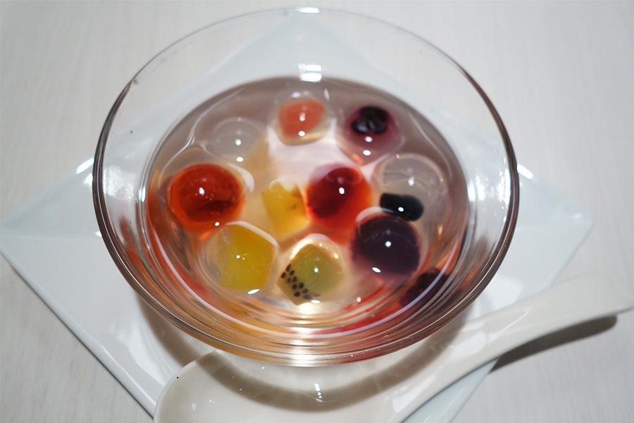 「九龍」では、イチゴ、キウイ、グレープフルーツ、ラズベリー、マンゴーなど季節ごとに9種類のフルーツを楽しめる