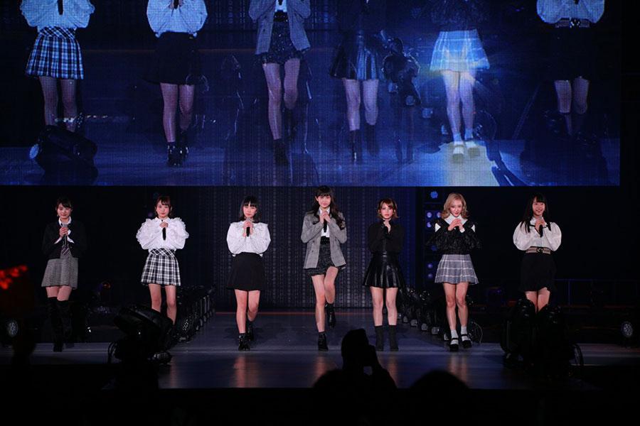 ステージに登場したラストアイドルの7人(21日、大阪市内)