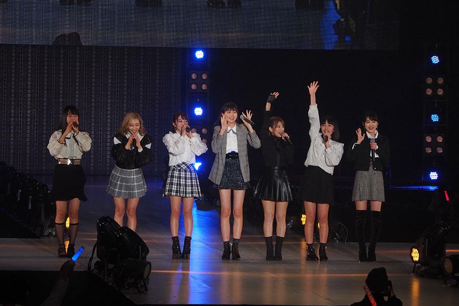 手を高く挙げ、挨拶する最年少メンバーの大石夏摘