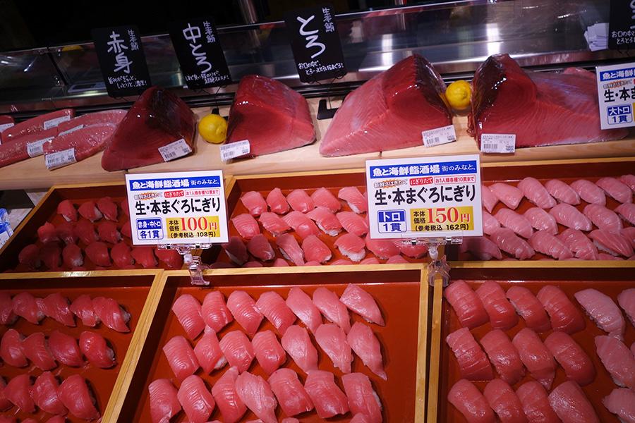 1日5回おこなわれるマグロの解体ショー後には、さばきたてのネタを使ったお寿司を販売