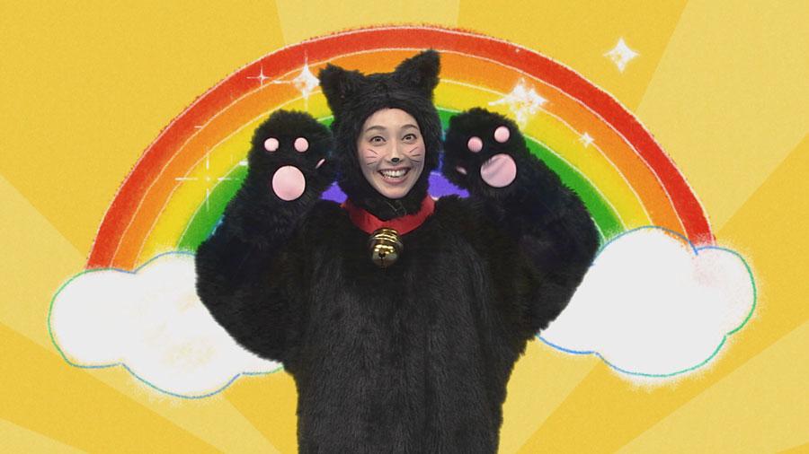黒猫姿で歌うはいだ。「日頃起こったことや言葉や気持ちを、スタッフのみなさんが実際に聞いて歌や人形劇にした番組です」
