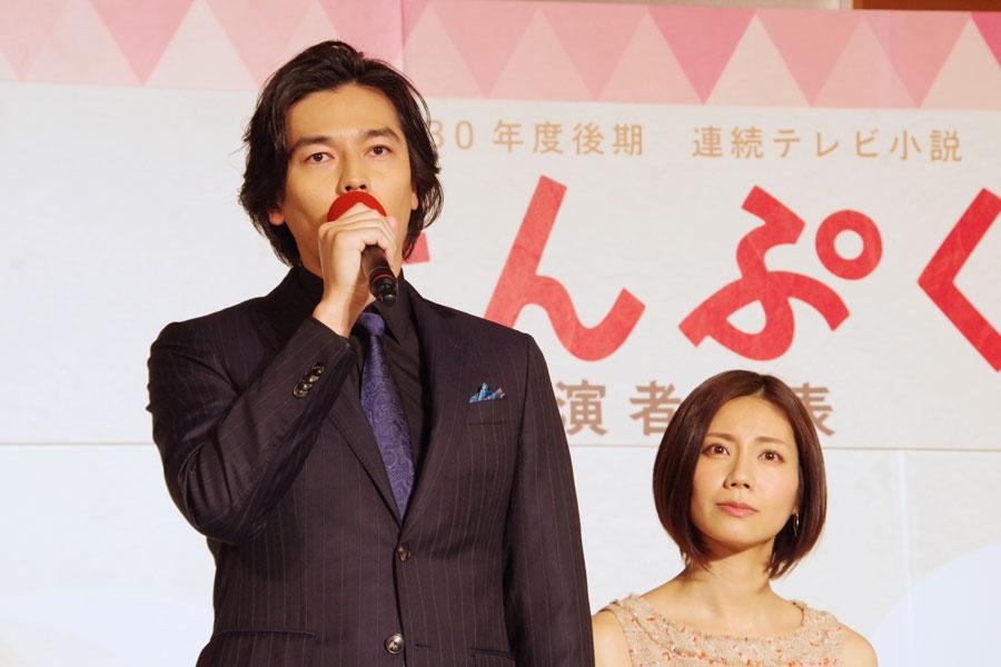 ドラマのキャスト発表会見で挨拶する要潤とそれを見守る松下奈緒