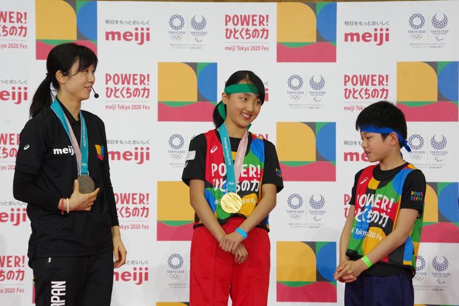 高木選手から金メダルをかけてもらい、はにかみながらも喜ぶ小学生の参加者