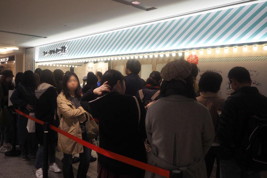 大阪1号店はテイクアウトのみなので、行列でも回転は早い(16日、大阪市内)