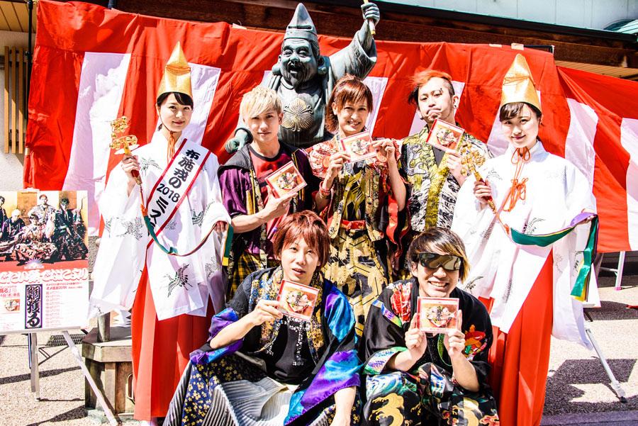 (上段左から)Gt&Vo.ぽにきんぐだむ、Vo.赤飯、Dr.ミト充、(下段)Ba.mao、Gt.324、両端が福娘の坂井裕美さん、 、音羽美香さん(29日、東大阪市)