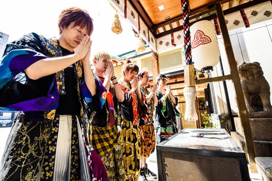 布施戎神社でメンバーはヒットを願い参拝