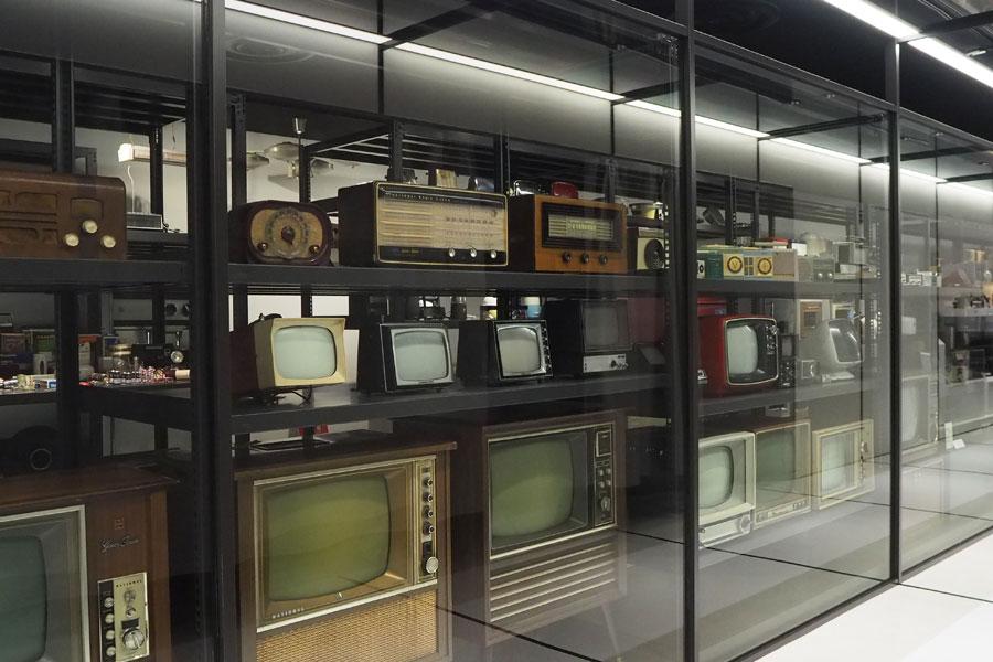 テレビ、ラジオ、白物家電など約300点を展示する「ものづくりイズム館」の収蔵庫