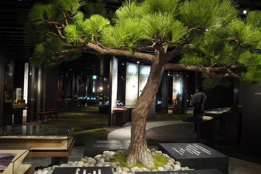 立派な松の木が出迎える「松下幸之助歴史館」展示室。94年の生涯を製品とパネルでたどっていく