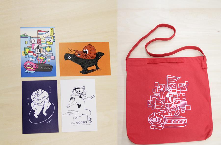 西武アキラ、タダユキヒロ、yamyam、ミヤザキの4アーティストが約1万1千点の収蔵品から選んで、オリジナルグッズを作成。ポストカードは150円、バッグ3000円(いずれも数量限定)