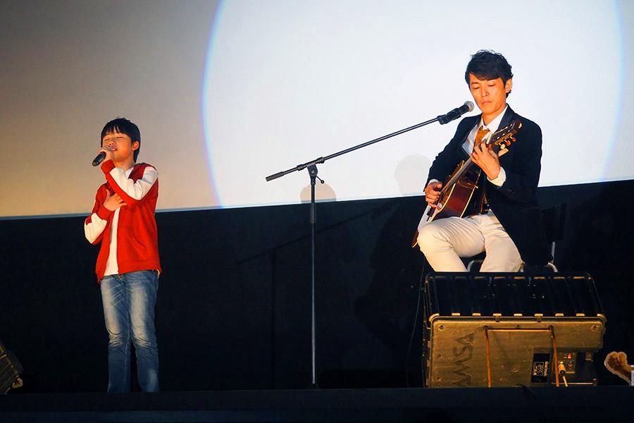 映画『リメンバー・ミー』特別上映会で生演奏を披露した石橋陽彩(左)と藤木直人(5日・大阪市内)