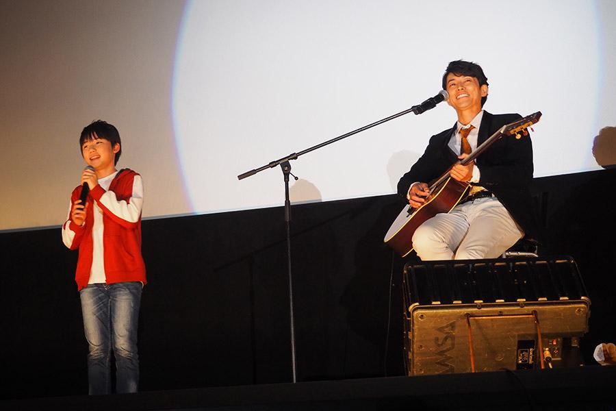 生演奏後にはホッとした表情の石橋陽彩(左)と笑顔を見せた藤木直人(5日・大阪市内)