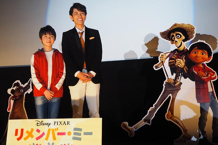 笑顔でフォトセッションに応じた石橋陽彩(左)と藤木直人(5日・大阪市内)