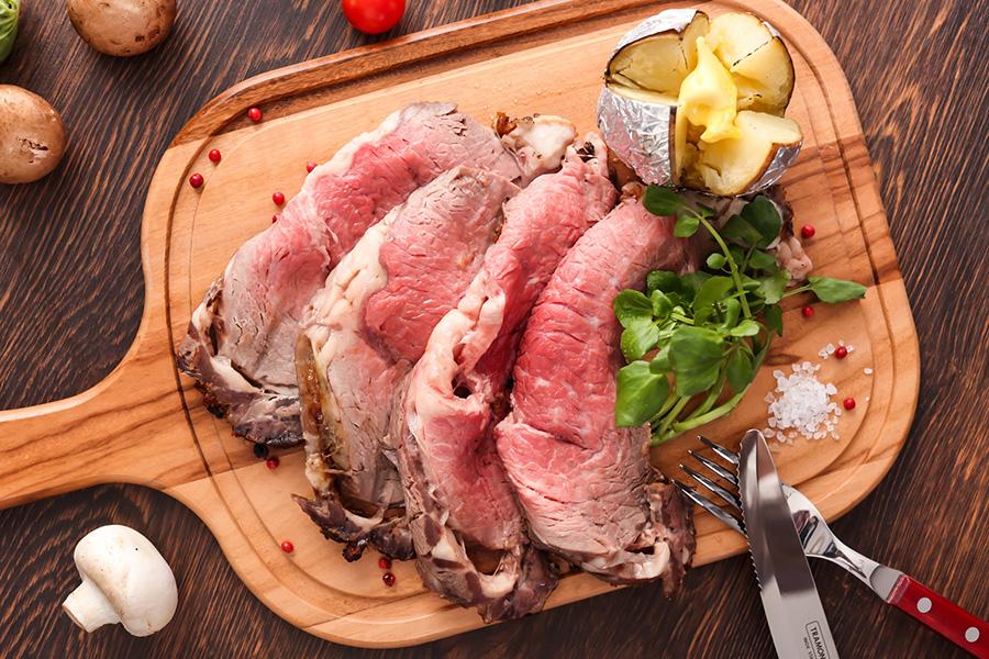 肉の旨みが詰まったローストビーフ。英国式でいただくなら肉汁で作られたグレイビーソースで