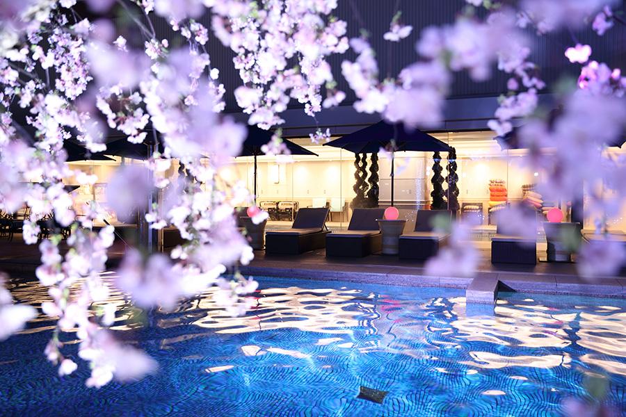 プール周辺には、SNS映えする桜のオブジェ