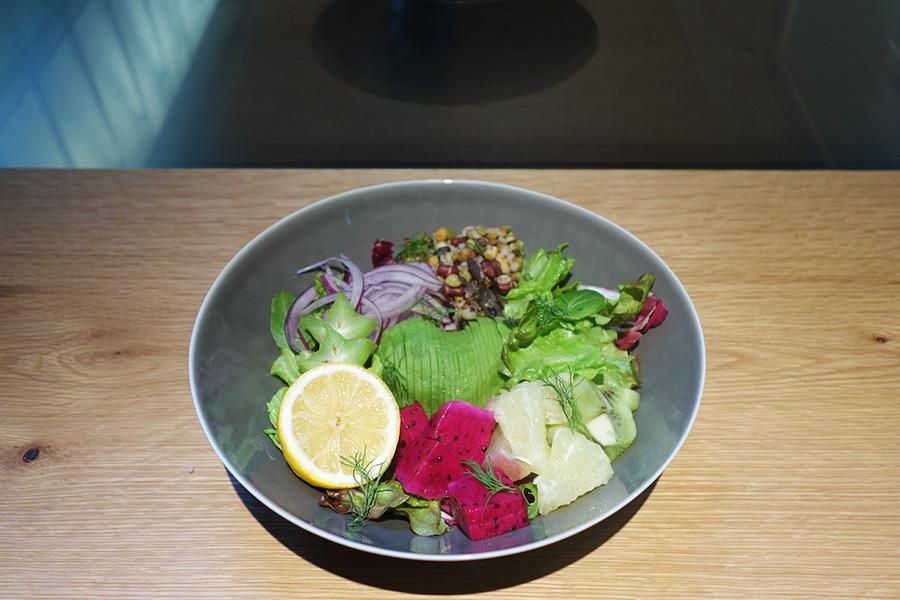 レモンをギュッと搾り、アンチョビドレッシングをかけていただく。旬のフルーツ、野菜、雑穀を使ったHARVEST SALAD1200円