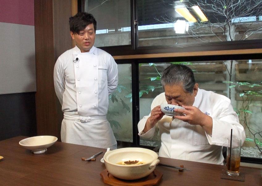 「菊乃井」主人の村田吉弘さんの試食にドキドキのシェフ