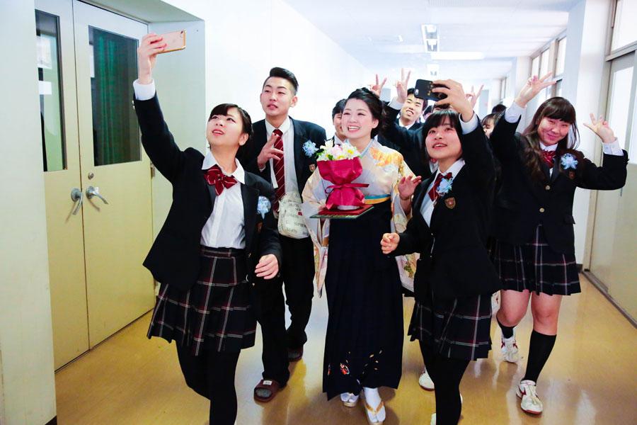 自撮りをしながら視聴覚室に向かう生徒や担任の先生