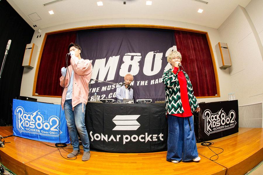 「大阪府立池田北高等学校」にサプライズ登場したSonar Pocket(左からko-dai、matty、eyeron)