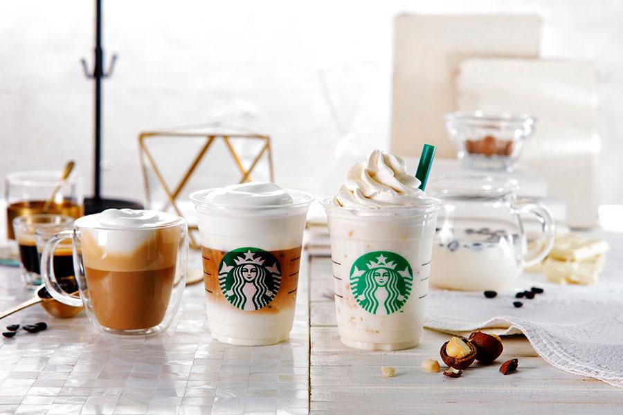 左から、ムース フォーム ラテ(ホット、アイス)トールサイズ440円(税抜)、ホワイト ブリュー コーヒー & マカダミア フラペチーノはトールサイズ590円(税抜)