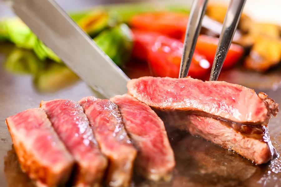 レア状態で肉をねかして余熱で火を通す、ホテルのシェフならではの焼き上がり。ステーキのみなら5000円で食べ放題に