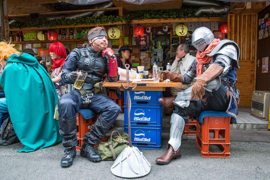 日本橋の居酒屋で飲むのも絵になる、アクションRPG『ダークソウル』(スネーク・上級騎士)のお2人