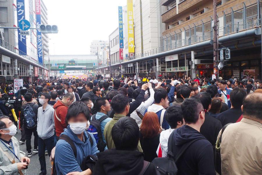 地下鉄堺筋線「恵美須町駅」近くのオープニングステージから、パレードで歩いてくるコスプレイヤーを一目見ようと集まる人々(18日、大阪市内)