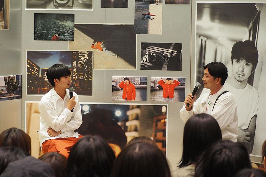 トークショーをおこなった太賀(左)と川島小鳥(30日、大阪市内)